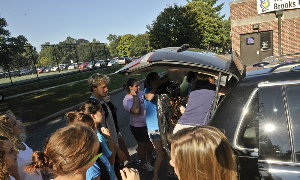 Returning Franklin & Marshall students greet an incoming first-year student on move-in day.