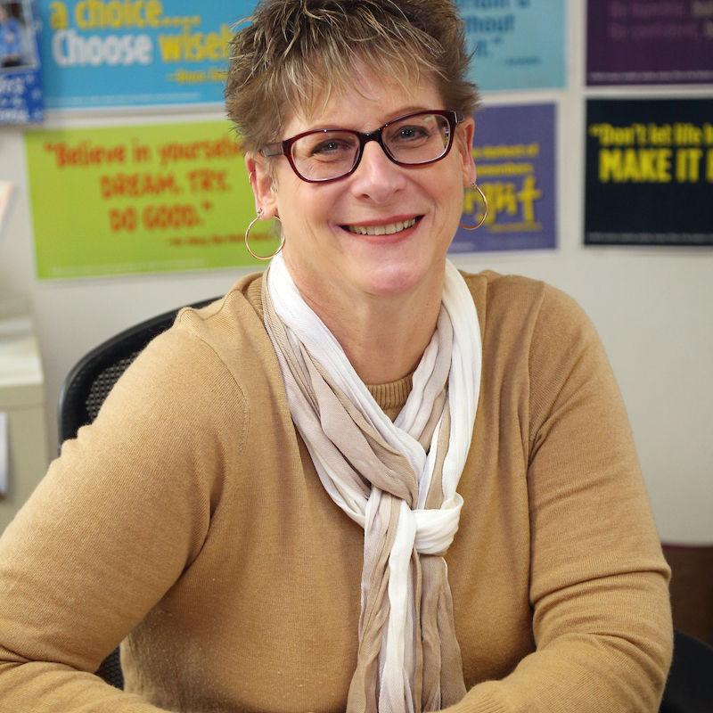Academic Coordinator Tami Lantz, the 2017 recipient of the Kneedler Award.
