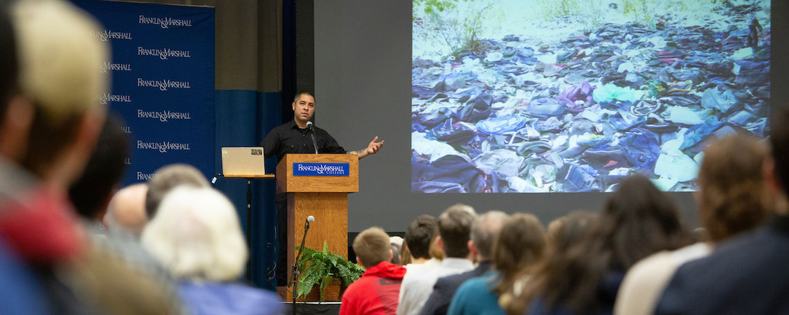 Anthropologist and author Jason De León speaks at Common Hour.