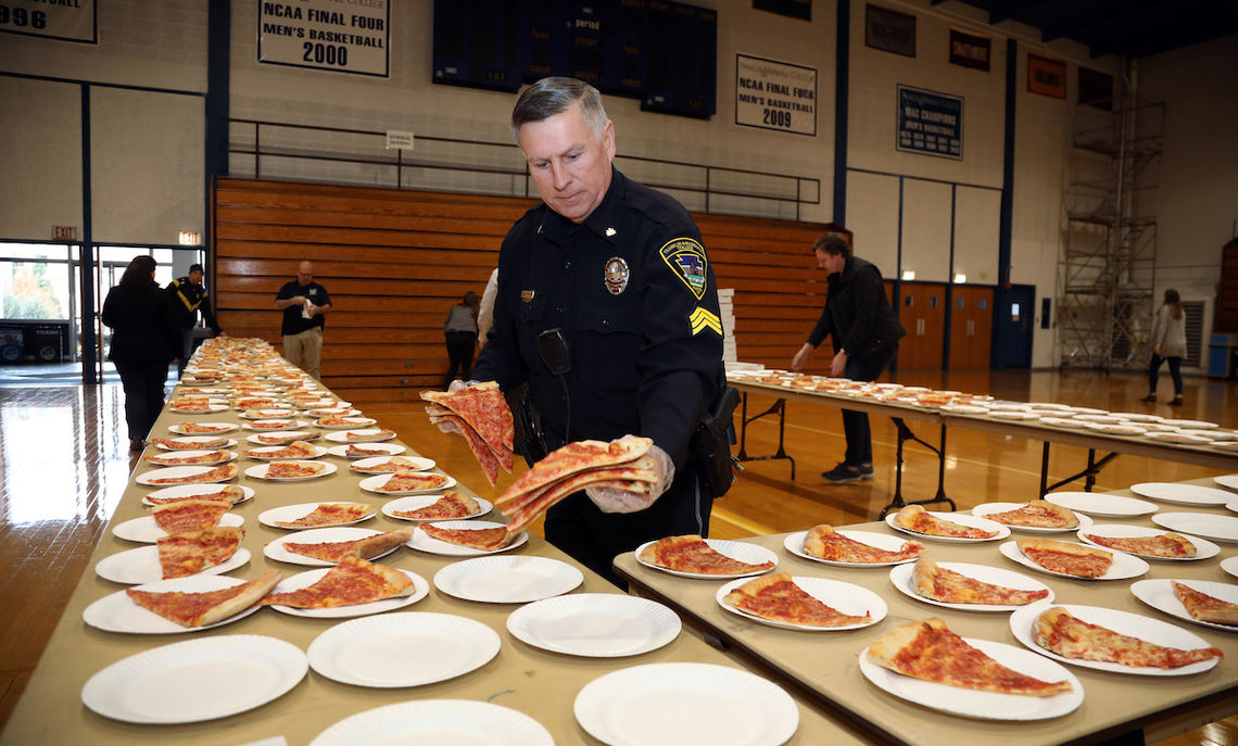 DPS serves pizza at Common Hour 11.30.17 (2)