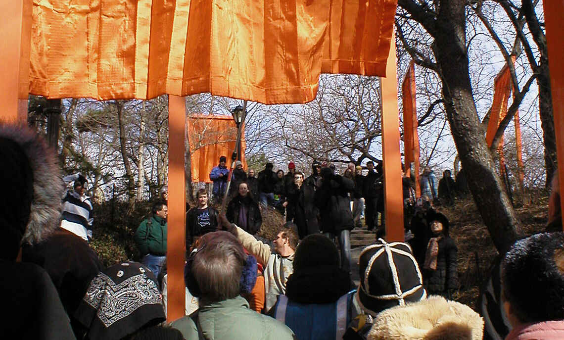 """Crowd viewing """"The Gates"""""""